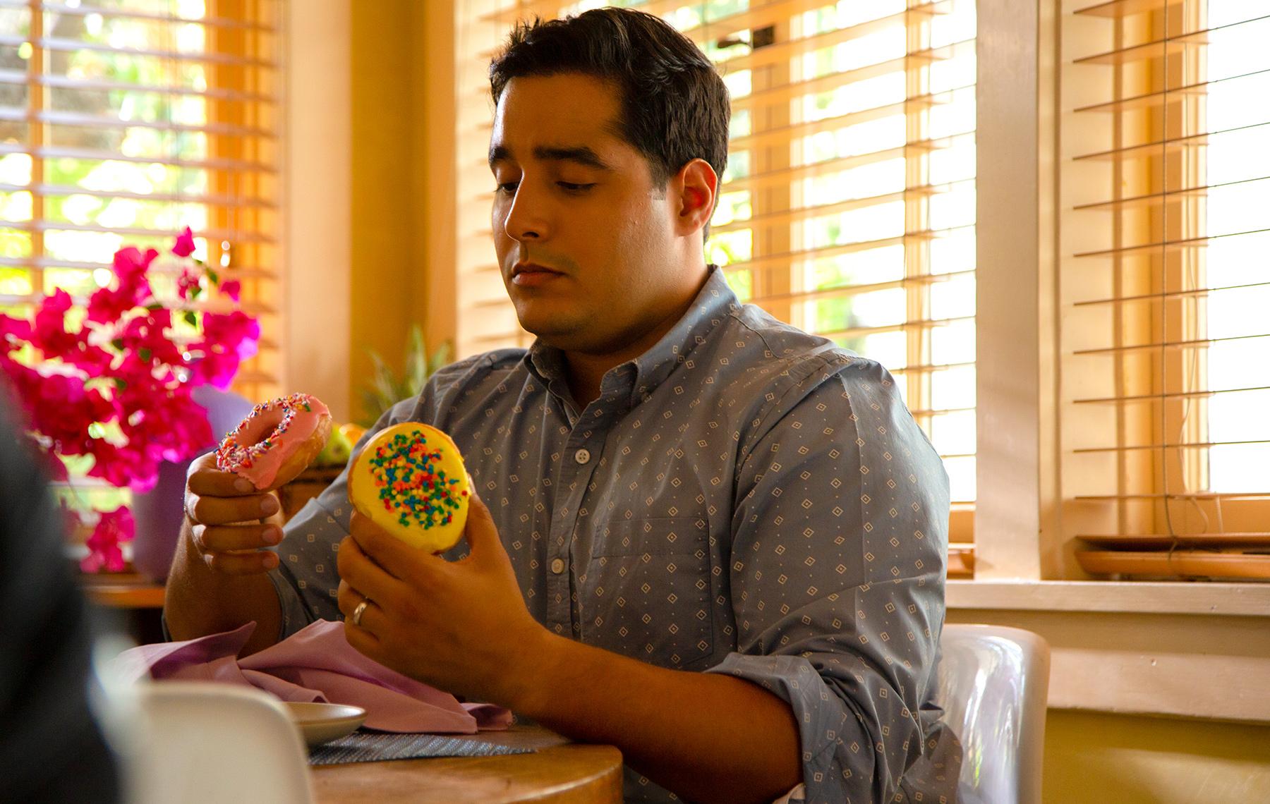 hombre eligiendo entre comida chatarra y saludable