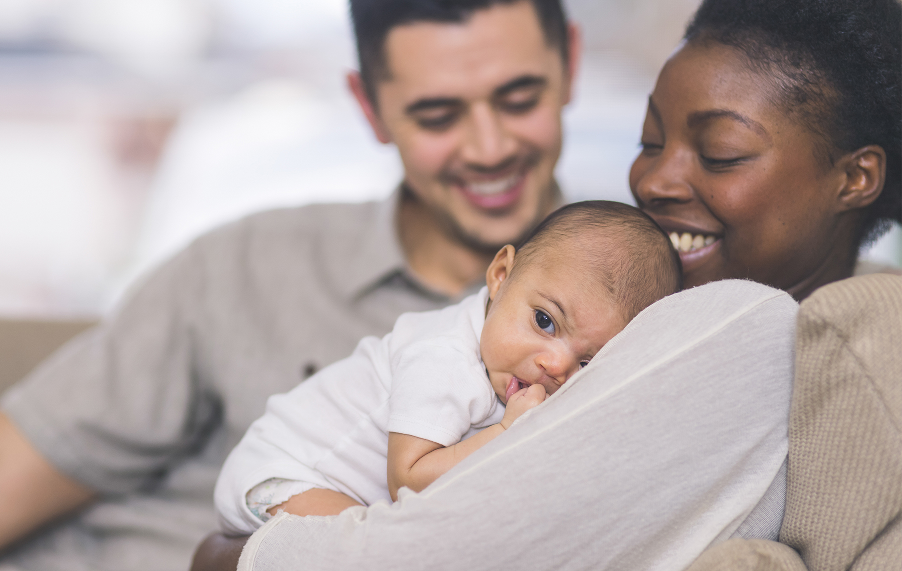 Feliz familia multiracial con su bebé