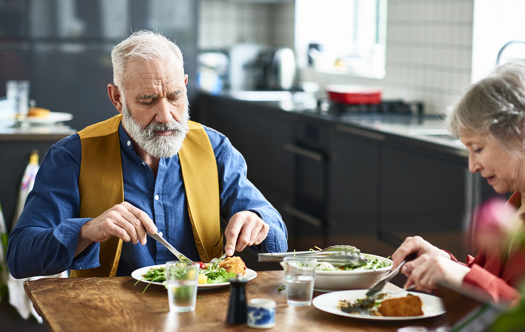 elderly couple eating a healthy lunch