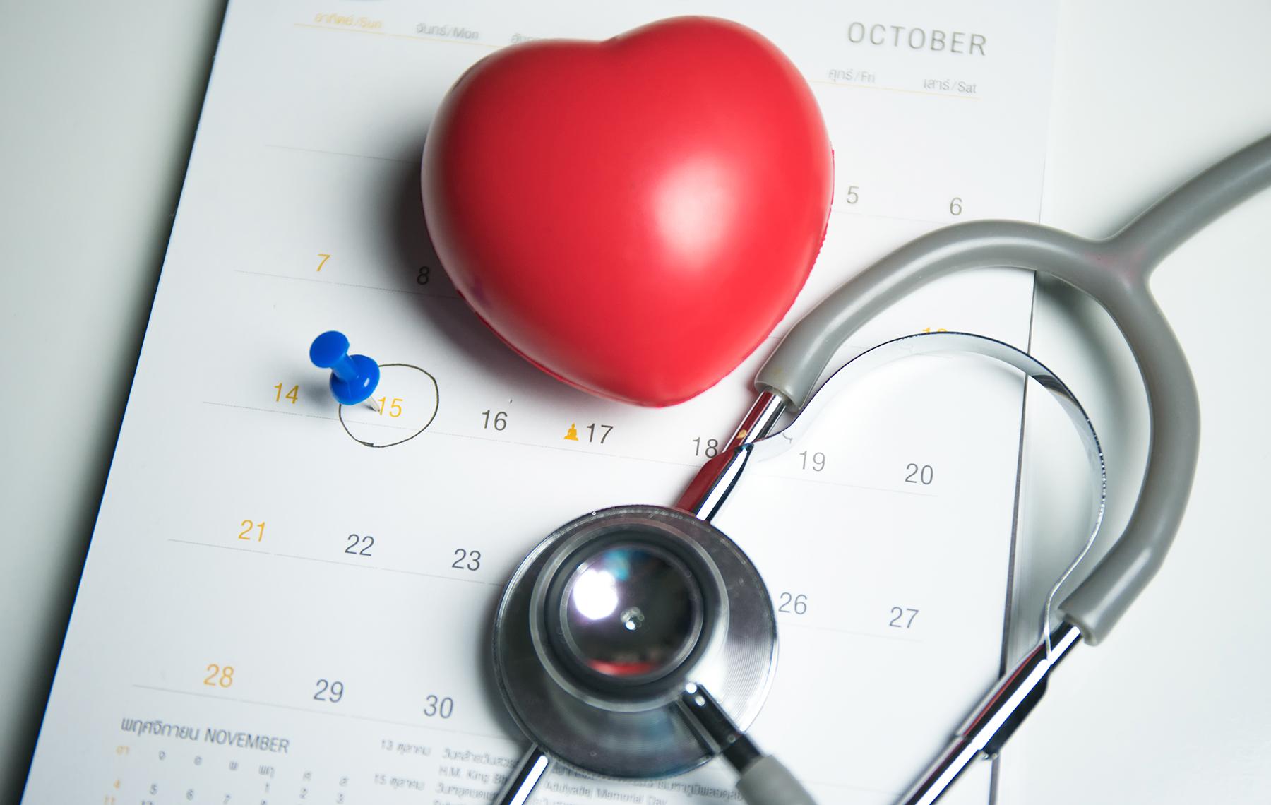 Calendario y un corazón de plástico