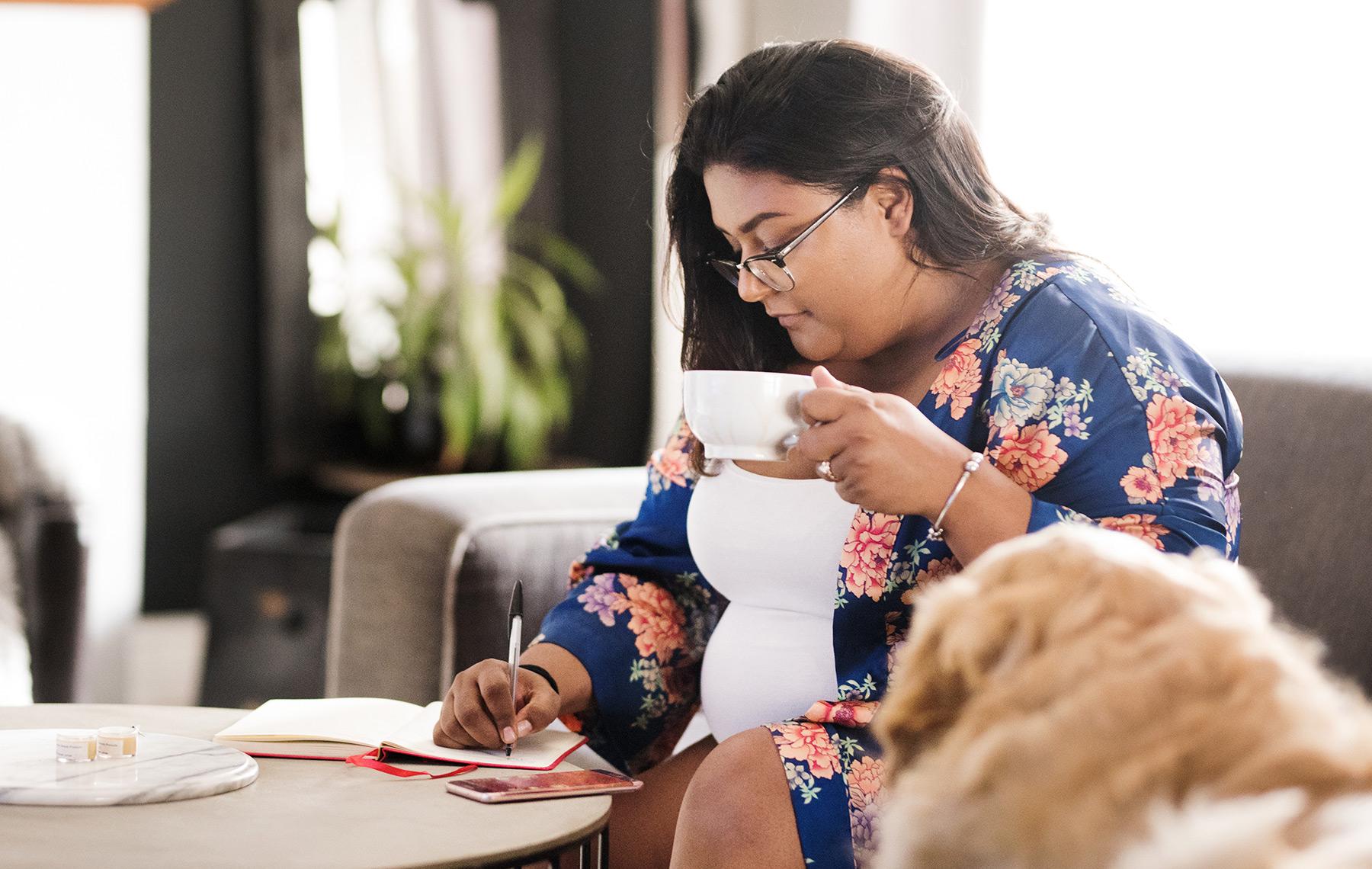 mujer escribiendo su diario de alimentos