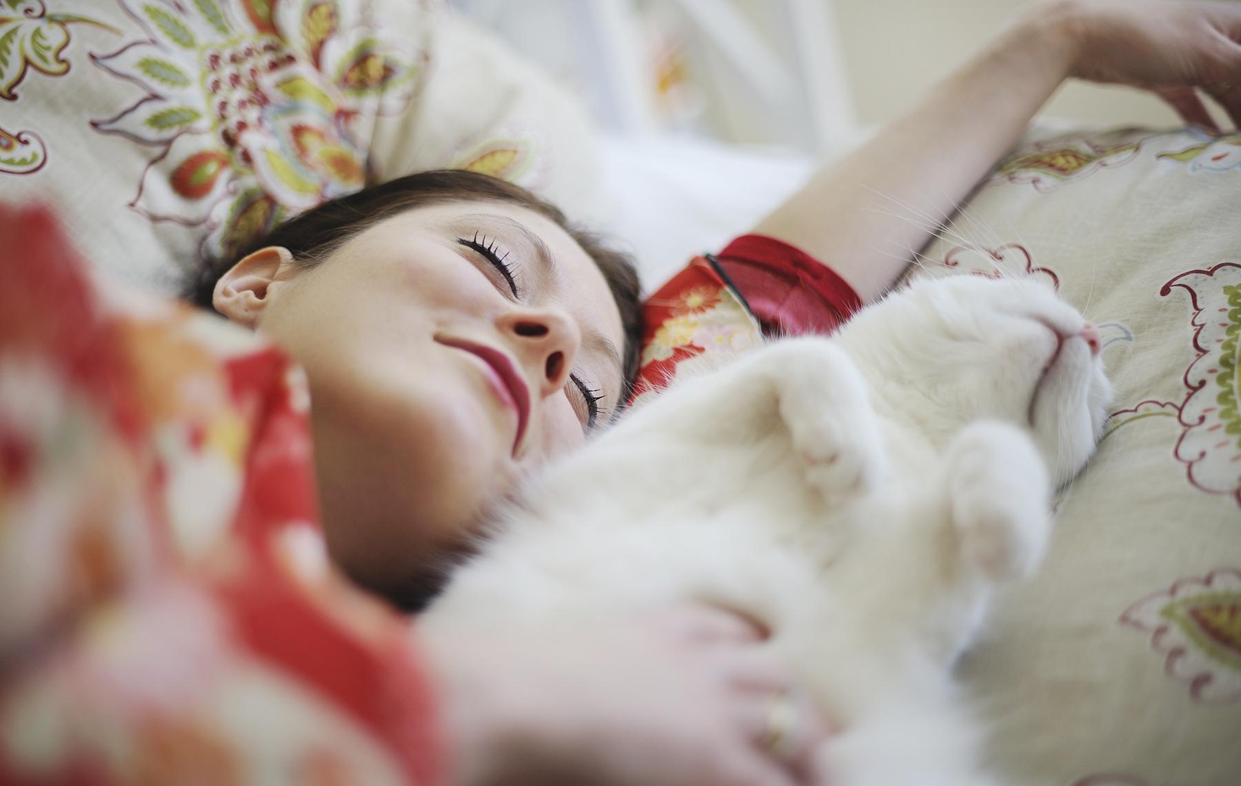 mujer duermiendo con un gato