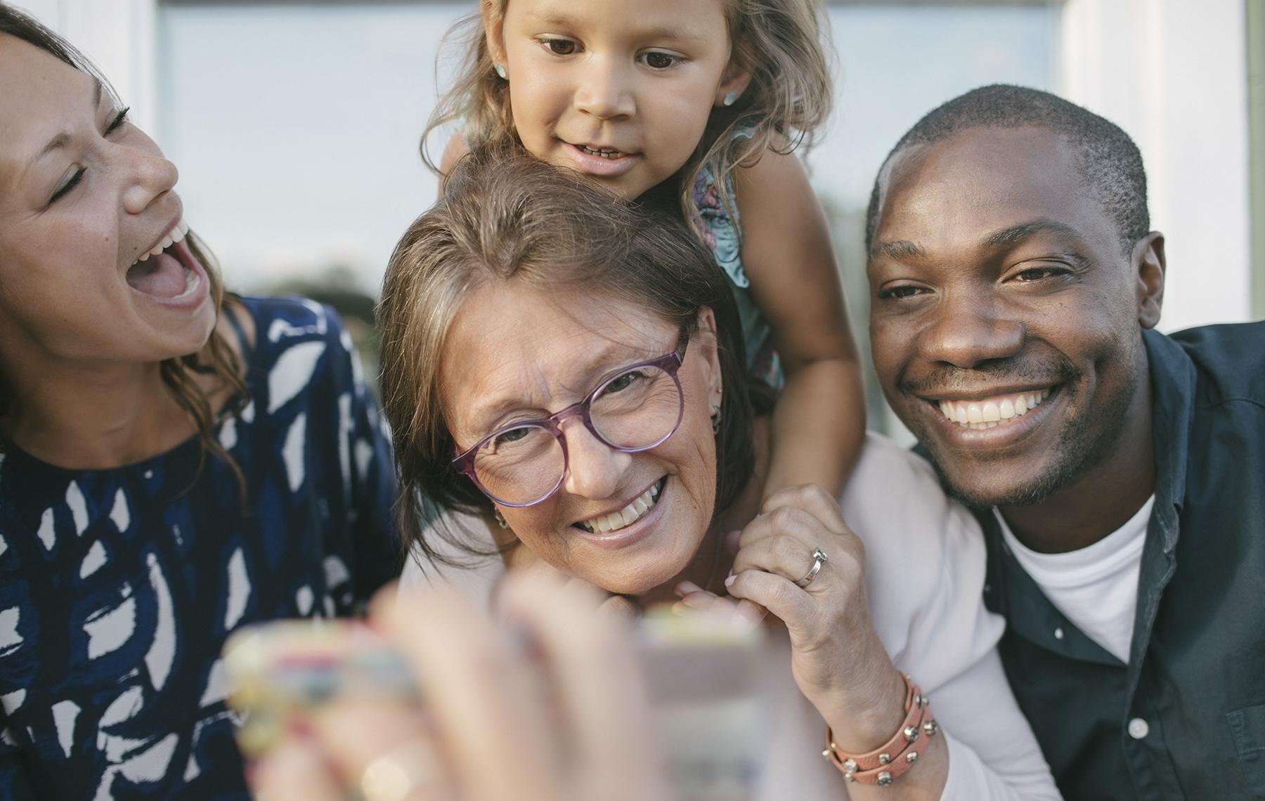 Familia intercutural riendo
